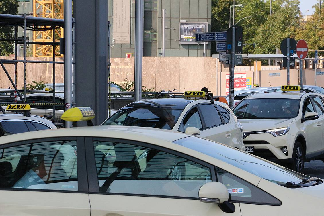 Voll belegter Taxistand